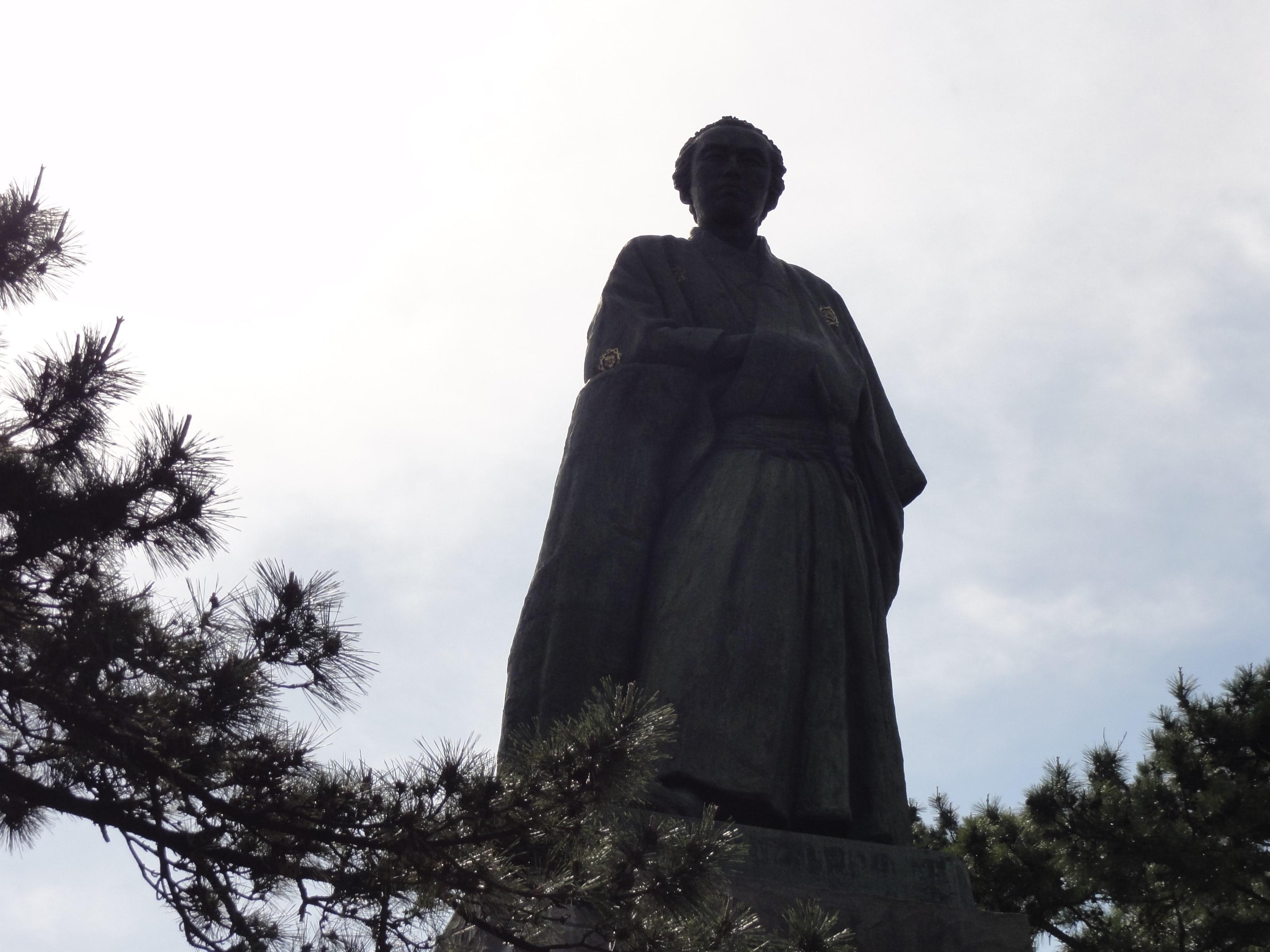 逆光の坂本龍馬像