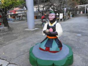 桃太郎神社-きび団子?を持つサル