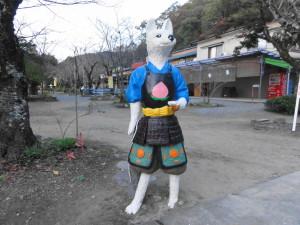 桃太郎神社入り口のイヌ