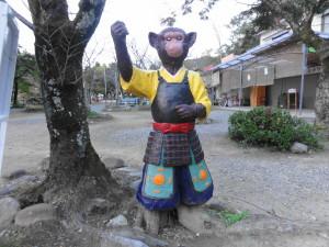 桃太郎神社入り口のサル