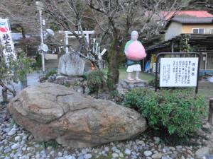 桃太郎神社-桃を持つお婆さんと洗濯岩であります