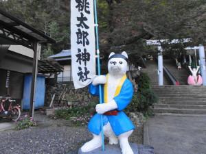 桃太郎神社-旗を持つイヌ