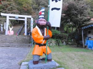 桃太郎神社-旗を持つサル