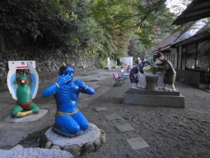 桃太郎神社-威嚇するキジと泣く鬼と…