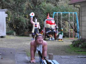 桃太郎神社-やさしい鬼です 背中へどうぞ