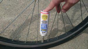 自転車用瞬間パンク修理剤の使用法