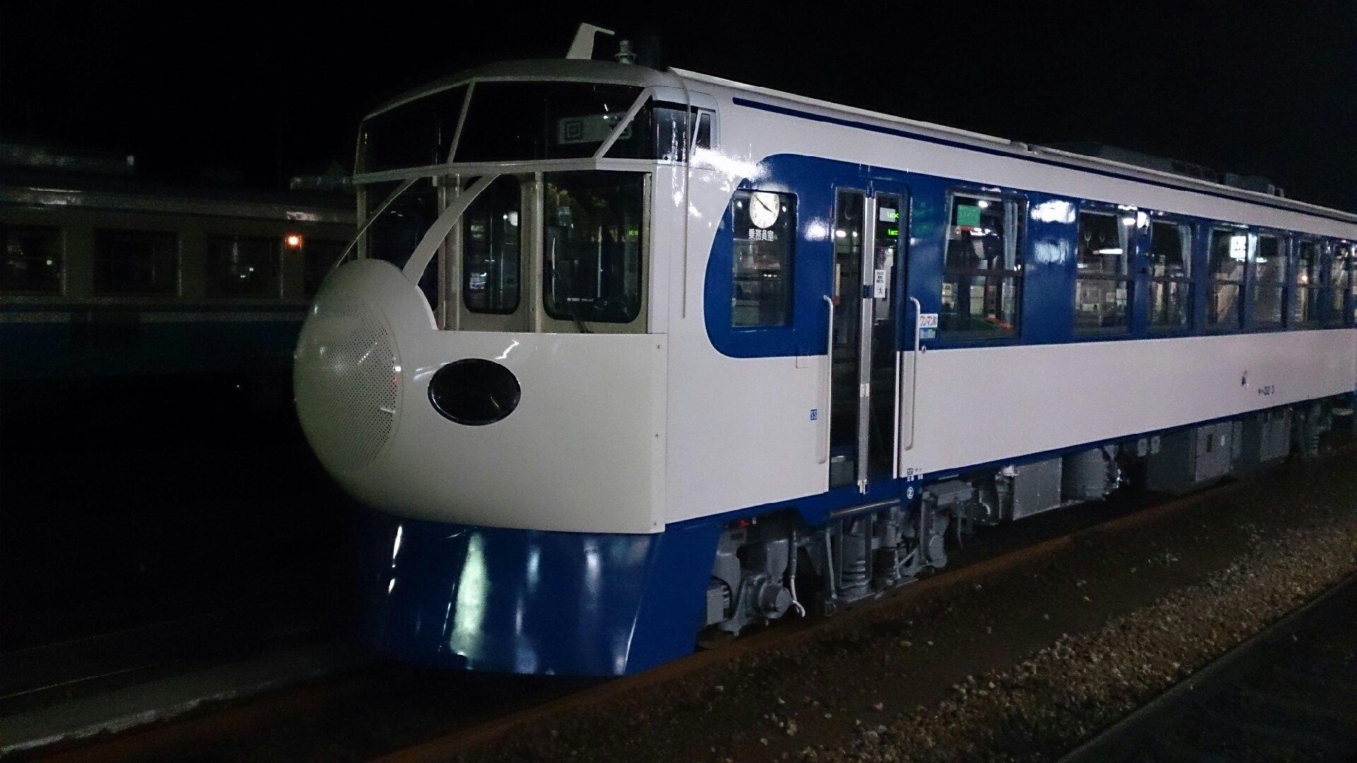 夜の徳島駅に停まる鉄道ホビートレイン